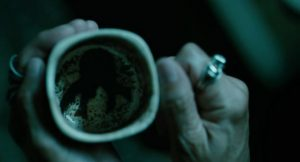 Pendant ce temps, la bohémienne voit Cthulhu dans le marc de café.
