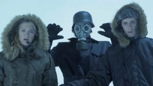 Haut les mains, peau de lapin, la Führerin en masque à gaz