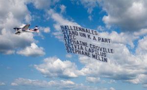 Banderole pub avion promotion stand Un K à part Halliennales