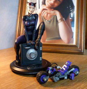 Statuette collector Catwoman Joelle Jones moto Lego