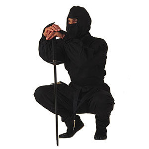 Ninja accroupi coulant un bronze